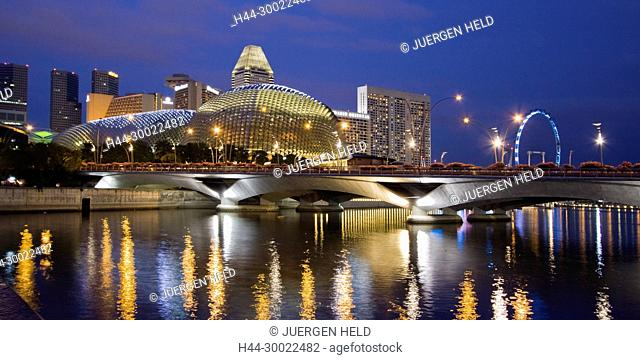 Skyline of Singapur, Esplanade, Marina Square, big wheel at twilight, South East Asia, twilight
