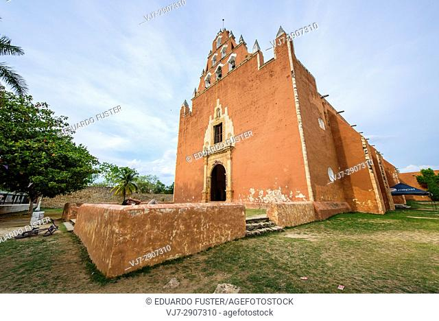 Exterior of the convent of Mama, Yucatan (Mexico)
