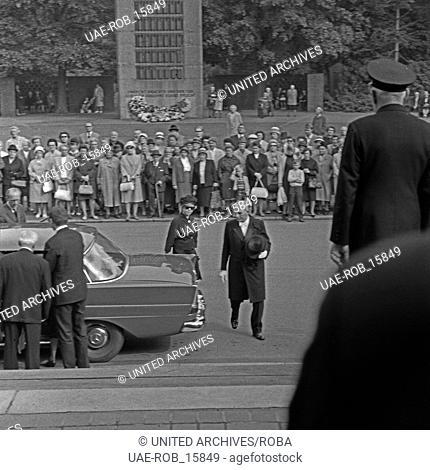 Inge Meysel (mit Sonnenbrille) bei der Beerdigung ihres Mannes, des deutschen Regisseurs John Olden, Deutschland 1960er Jahre