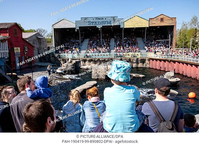 19 April 2019, Lower Saxony, Hannover: Visitors crowd into Yukon Bay during the seal show at Hannover Zoo for a good place in the sun