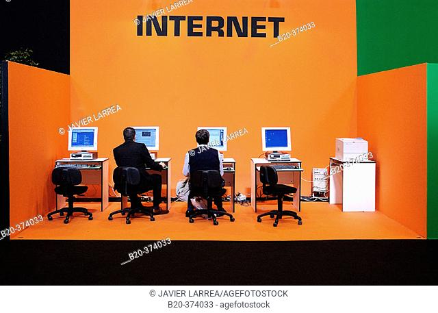 Businessmen on Internet. MATELEC (Salon Internacional de Material Eléctrico y  Electrónico). IFEMA. Madrid. Spain