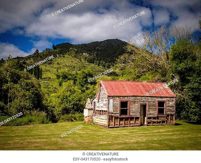WHANGANUI RIVER, NEW ZEALAND: Abandoned historical cabin in hilly countryside