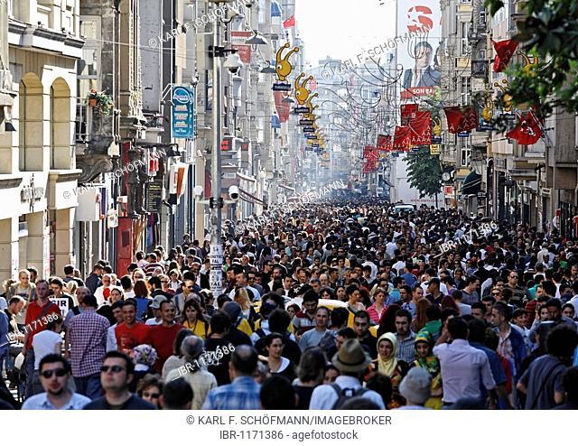 Crowds in the shopping street, Istiklal Caddesi, Independence Street, Beyoglu, Istanbul, Turkey