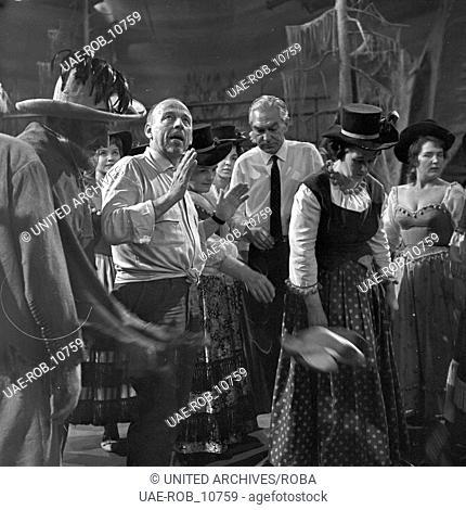 """Fernsehinszenierung der Operette """"""""Die Banditen"""""""" von Jacques Offenbach, Deutschland 1961, Szenenfoto mit Regisseur"""