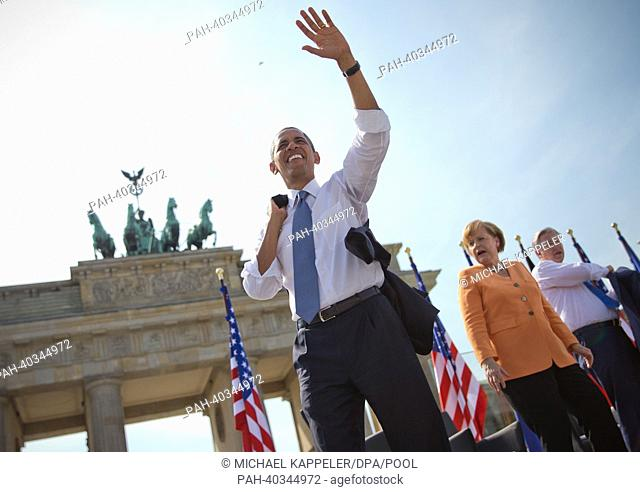 QUALITY REPEAT - US President Barack Obama (L) waves next to German Chancellor Angela Merkel (CDU) and Mayor of Berlin Klaus Wowereit (SPD) after he deliverd a...