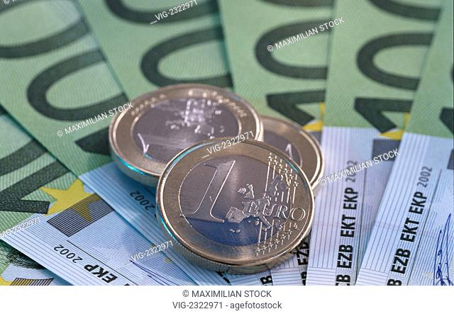 100 Euro notes and 1 Euro coins, the currency of the European Community - 01/01/2010