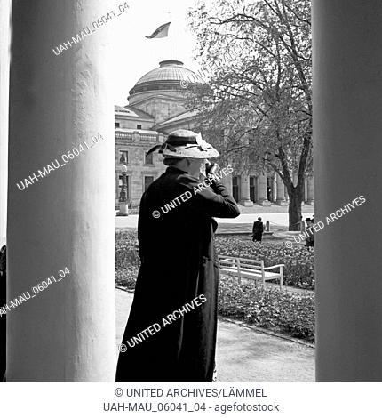 Eine Frau trinkt ein Glas Wasser im Kurhaus in Wiesbaden, Deutschland 1930er Jahre. A woman drinking a glass of water at the Wiesbaden Kurhaus, Germany 1930s