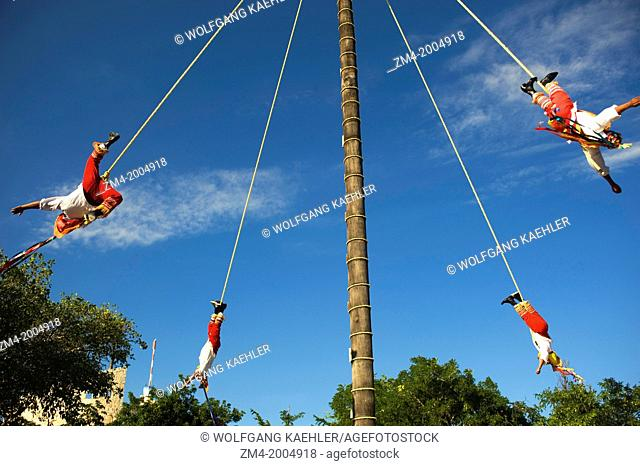 MEXICO, NEAR CANCUN, XCARET ECO THEME PARK, PAPANTLA FLYING MEN PERFORMANCE (ANCIENT MAYAN CEREMONY TO ASK FOR A GOOD HARVEST AND FERTILITY)