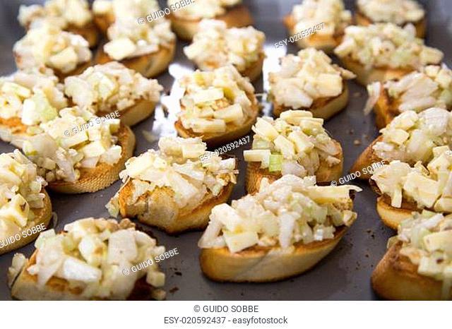 Crostini mit Birne, Sellerie und Käse überbacken