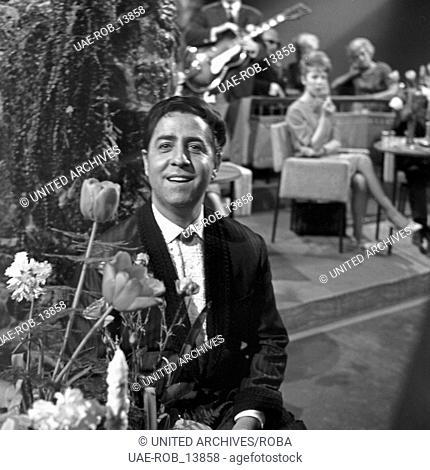 Der Schweizer Sänger Vico Torriani singt bei einem Auftritt in Hamburg, Deutschland 1960er Jahre. Swiss singer Vico Torriani performing at Hamburg
