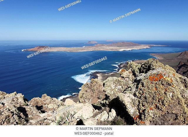 Spain, Canary Islands, Lanzarote, Risco de Famara, Island La Graciosa, view of sea with cliff