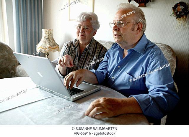 Senior citizens at a notebook ( Macintosh ). - BONN, GERMANY, 01/06/2004