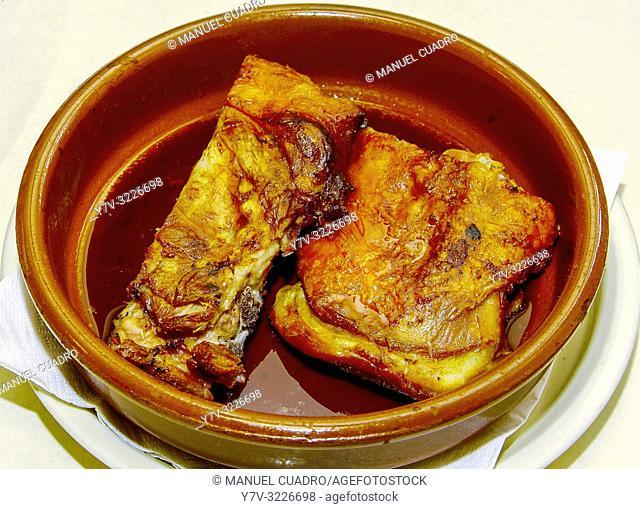 Cazuela de barro con cordero asado al horno de leña (lamb roasted in a wood-fired oven). Asador Dolomiti, Vitoria, Alava, Basque Country, Spain