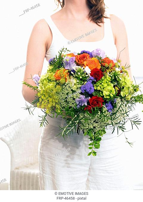 Modell with a summery bouquet: roses, vetches, phlox and dill