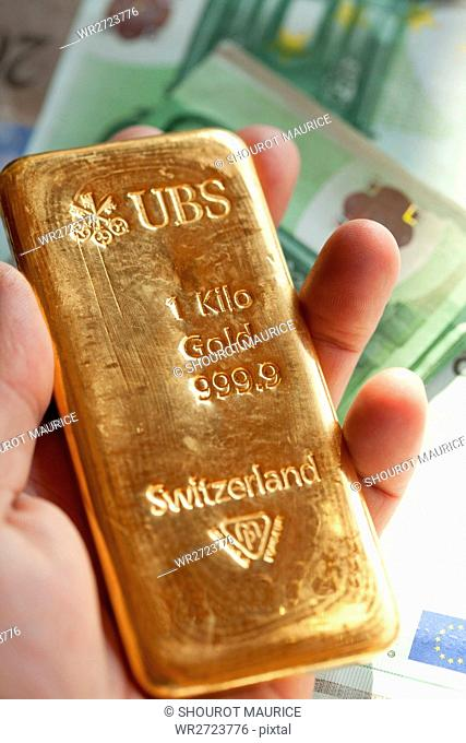Finances, gold, money, currency, euro, Swiss, Francs, UBS, bank notes, bills, invest, saving, yield, precious metal, Switzerland, hand