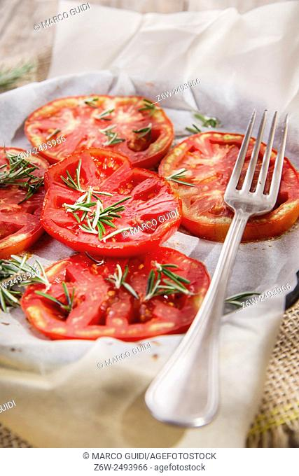 Presentation of a contour-based tomato slices baked