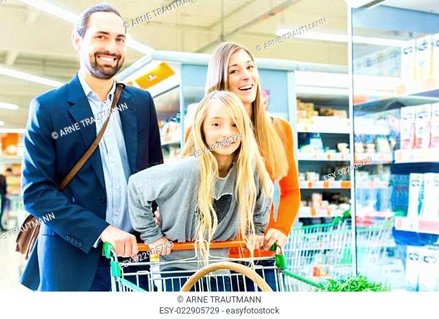 Familie mit Einkaufswagen im Supermarkt