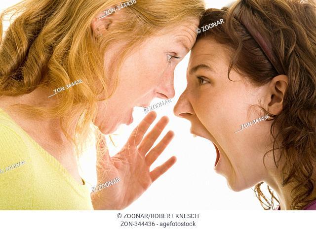 Mutter und Tochter schreien sich an