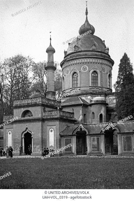 Die Rote Moschee im Schlossgarten von Schwetzingen, Deutschland 1930er Jahre. Red Mosque at the gardens of Schwetzingen castle, Germany 1930s
