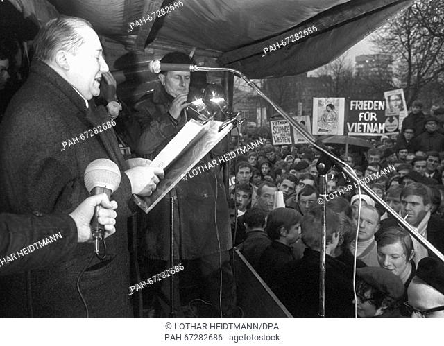 Council member of Charlottenburg City Council Harry Ristock (l), talks to 1,200 people who have gathered to demonstrate against Vietnam War on 22 March 1968 in...