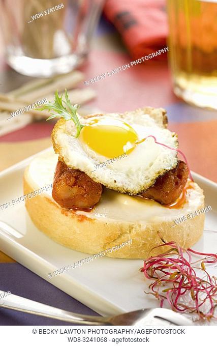 montadito de chistorra y huevo de codorniz