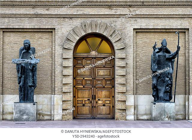 Town hall entrance with statues of Angel of the City and San Valero, 1965, by Pablo Serrano, Plaza del Pilar, Zaragoza, Saragossa, Aragon, Spain, Europe