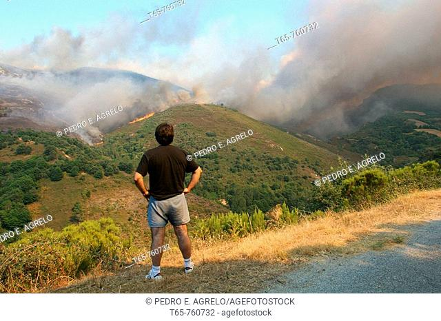 fire in the mountains of Lugo in Navia Suarna