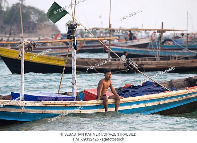 A man sits on a fishing boat during sunset at Ngapali Beach, Myanmar, 8 April 2013. Photo: Sebastian Kahnert   usage worldwide. - Ngapali/Birma