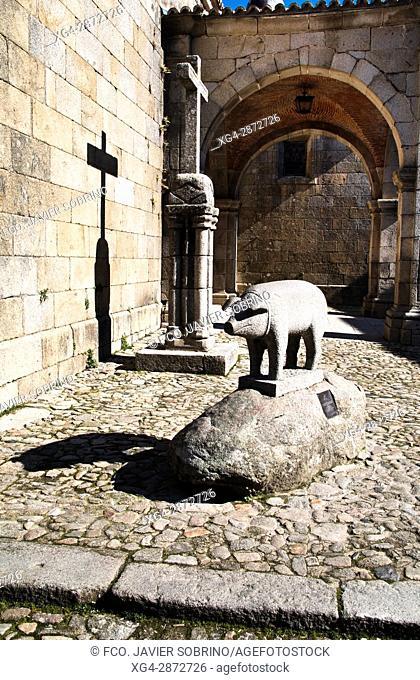 Iglesia de Nuestra Señora de la Asunción y Monumento al Marrano de San Antón. La Alberca. Salamanca. Castilla-León. España. Europa