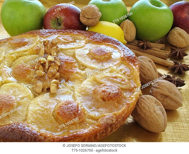 Sponge cake with apples, walnuts and honey