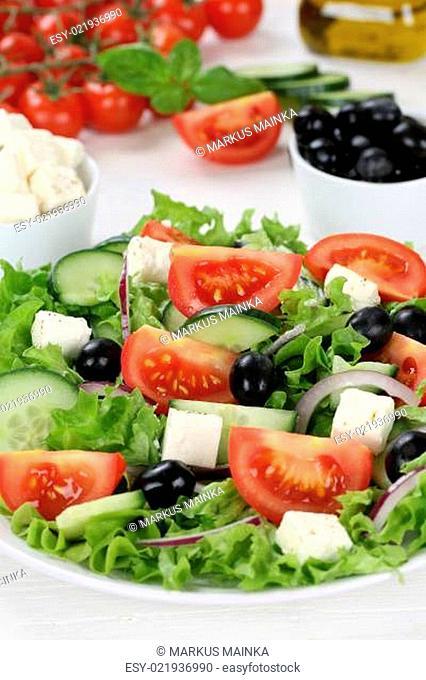 Gesund vegetarisch essen griechischer Salat auf Teller mit Tomaten, Feta Käse und Oliven