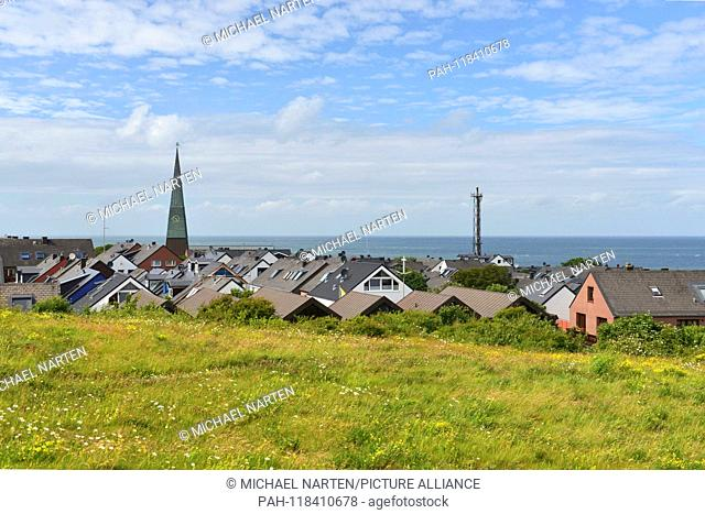 Heligoland's green vegetated uplands with the rooftops from the settlement and the steeple from the church St. Nicolai, 25 June 2017 | usage worldwide