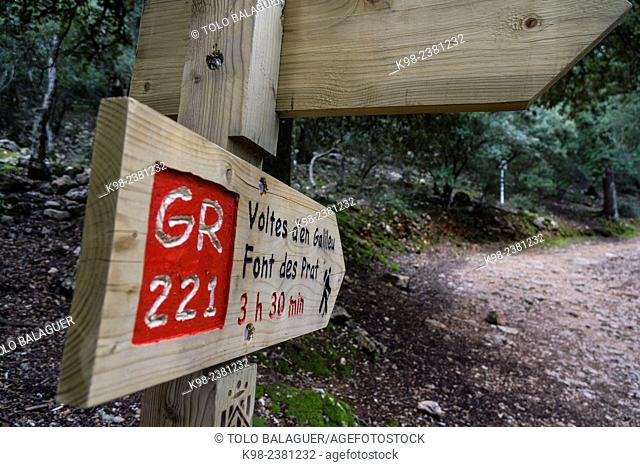 señalizacion del gran recorrido 221, camino de ses Voltes d'en Galileu, Escorca, Majorca, Balearic Islands, Spain