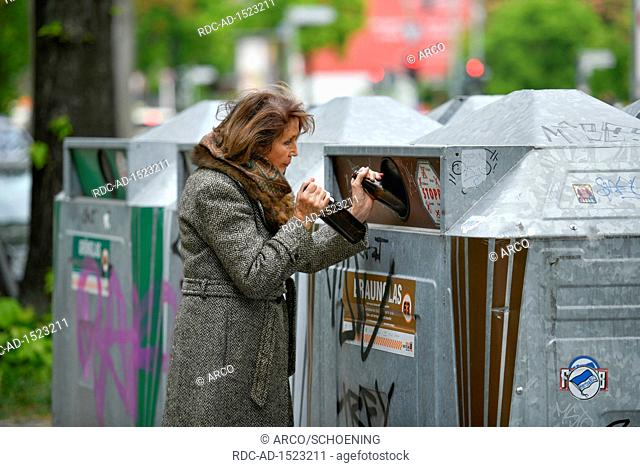Gestelltes Foto, Seniorin, Altglascontainer, Glasrecycling