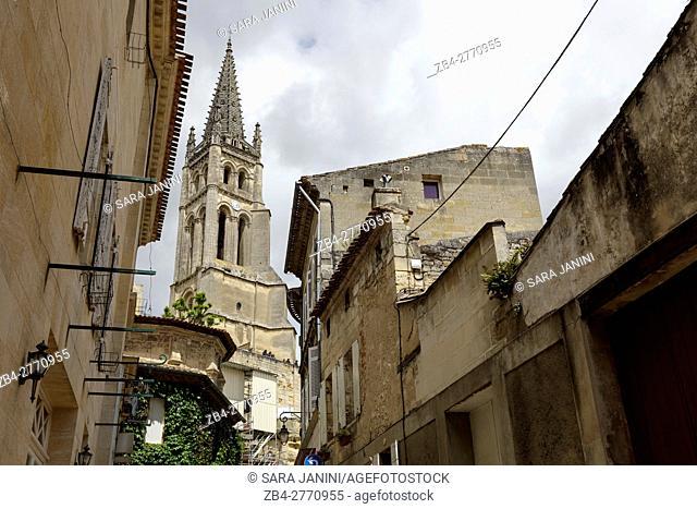 Rue de la Petite Fontaine and Saint-Emilion monolithic church, St. Emilion, Aquitaine, France, Europe