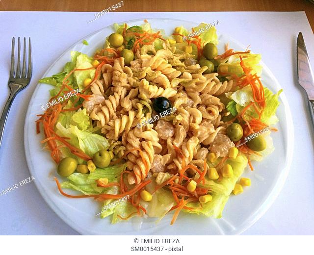 Salad of fusilli and vegetables