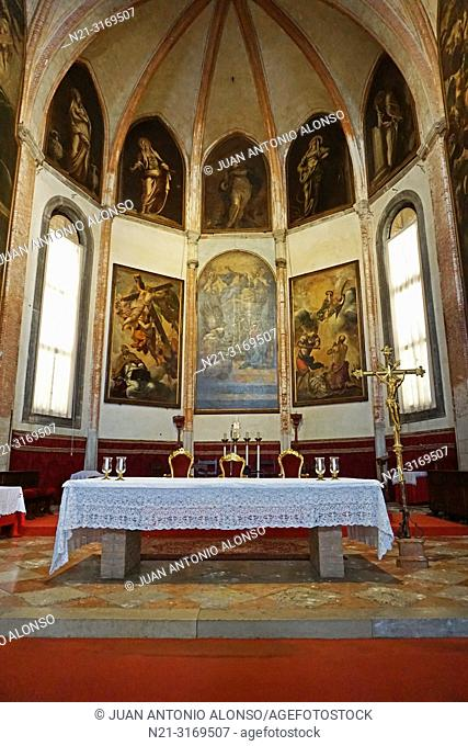 """Presbytery. The painting on the left is """"St. Peter's vision of the Cross"""", the one on the right is """"""""The beheading of St. Paul"""", both by Tintoretto"""