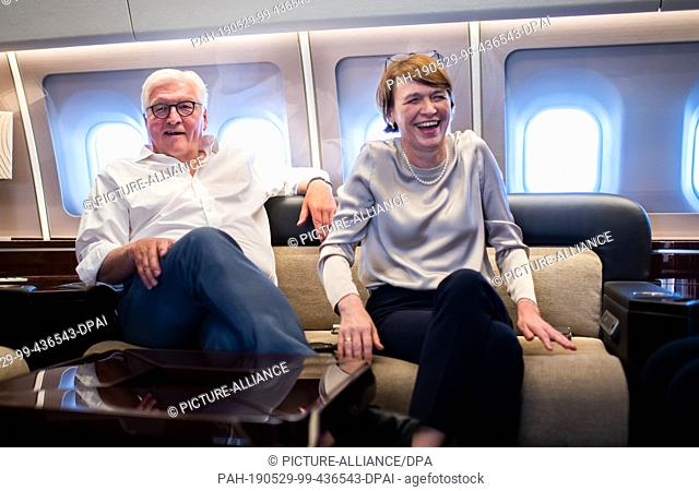 29 May 2019, Uzbekistan, Urgantsch: Federal President Frank-Walter Steinmeier and his wife Elke Büdenbender talk to journalists on the return flight from...