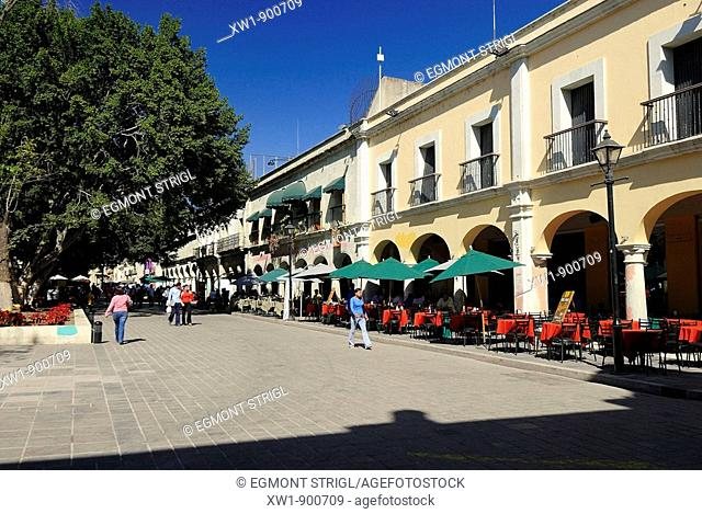 historic houses on Plaza Mayor, Zolcalo, in the colonial oldtown of Oaxaca, UNESCO World Heritage Site, Mexiko, Central America
