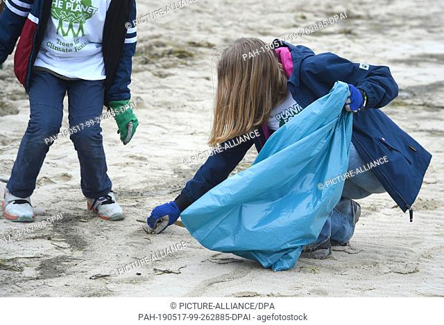 17 May 2019, Mecklenburg-Western Pomerania, Zinnowitz: Young people take part in the first big German Beachcleanup, a beach cleaning action on the island of...