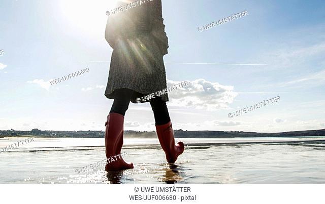 France, Bretagne, Finistere, Crozon peninsula, woman walking on the beach