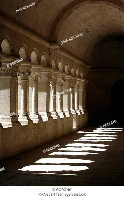 Notre-Dame de Senanque Abbey cloister, Gordes, Vaucluse, France, Europe