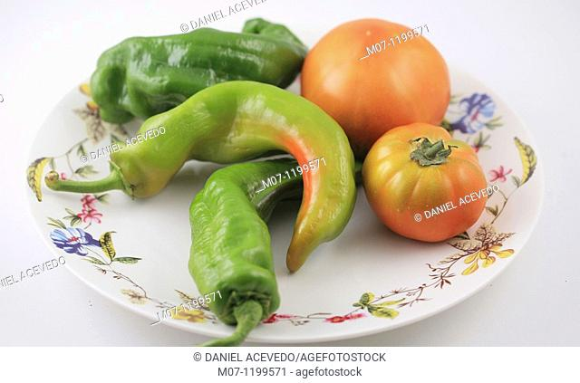 Organic tomatoes and peppers, mediterranean dietTomates y pimientos organicos, dieta mediterranea