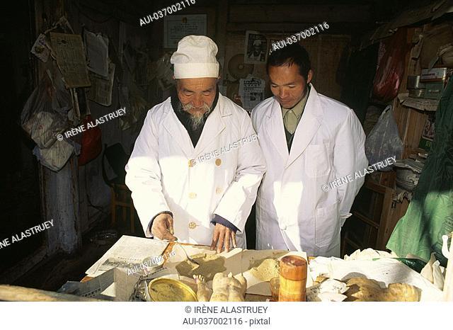 China - Yunnan - Lilijang - Baisha - Doctor - Traditional medicine