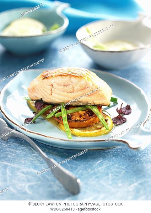 salmon al horno con tomate, judias y limon