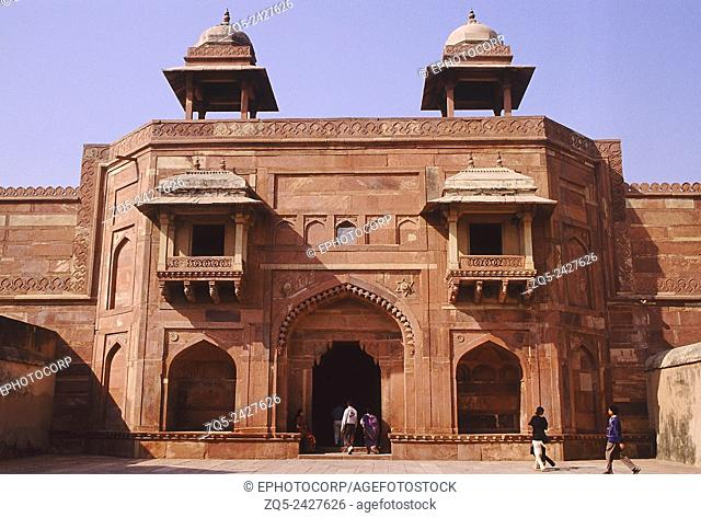Entrance to Jodha Bai Palace. The architecture is a blend of styles with Hindu columns and Muslim cupolas. Fatehpur Sikri, Agra, India