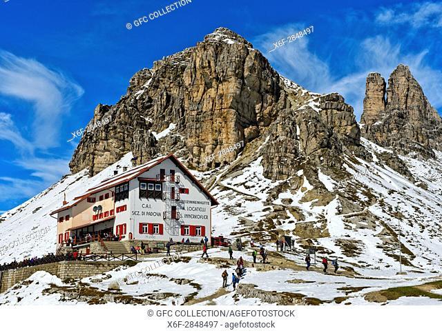 Dreizinnenhütte, Rifugio Locatelli hut, in front of the snow-covered peak Sextener Stein and Tower of Toblin, Torre di Toblin, Sesto Dolomites, South Tyrol