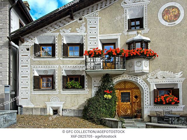 Typisches Engadinerhaus am Platz La Plazetta, Scuol, Engadin, Graubünden, Schweiz / Typical Engadine house at the La Plazetta square, Scuol, Engadine