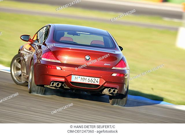 Car, BMW M6, model year 2005-, ruby colored, roadster, coupe/Coupe, driving, diagonal from the back, rear view, Drift, drifting, test track