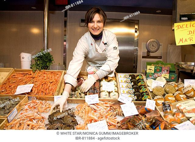 Market hall, Mercado Central, fish saleswoman, seafood, Zaragoza, Saragossa, Expo 2008 city, Province of Aragon, Spain, Europe
